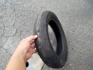 交換前のパンクしたタイヤ