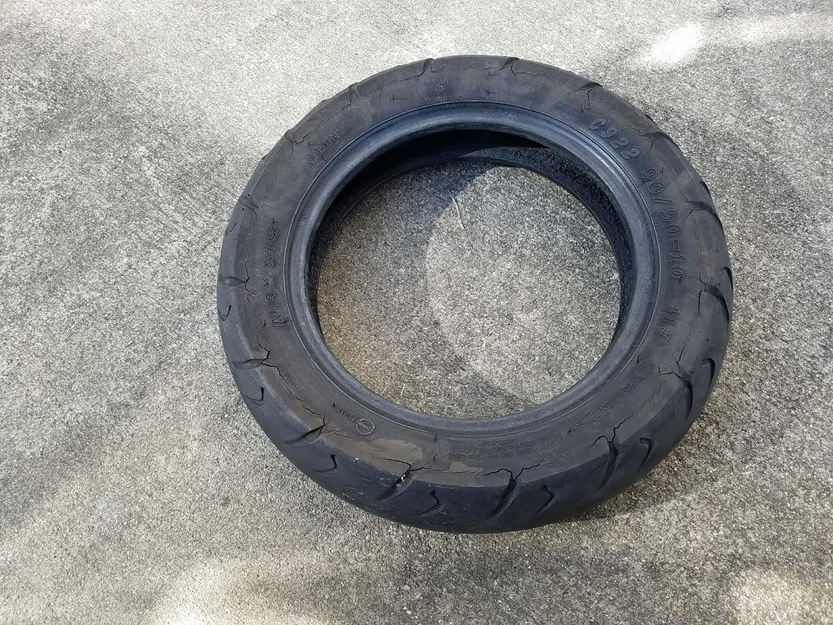 劣化した原付タイヤ