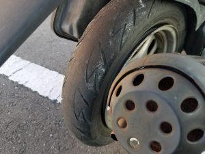 劣化してしまった原付のタイヤ