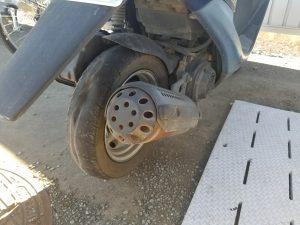 バースト状態の原付タイヤ
