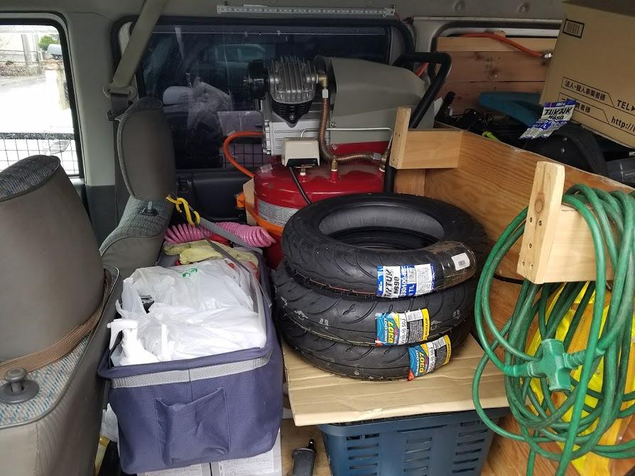 交換用のタイヤとエアーコンプレッサー
