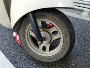 パンク寸前のスクーターのタイヤ