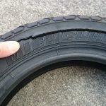 ひび割れのバイクタイヤ