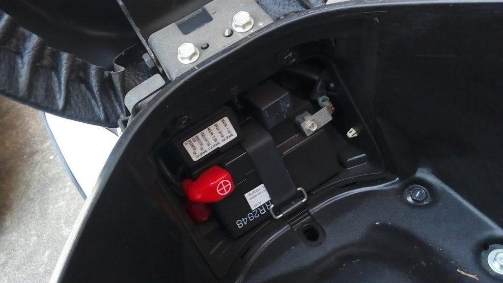 PCX125のバッテリー位置