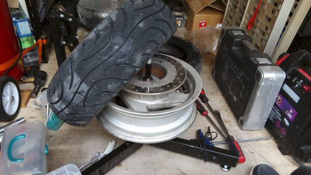 ビッグスクーターのタイヤ交換