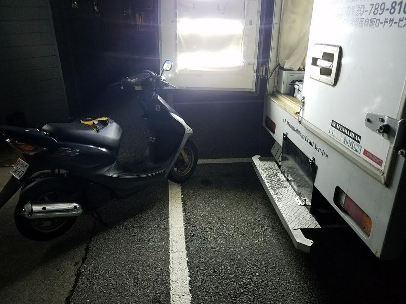夜間の原付タイヤ交換
