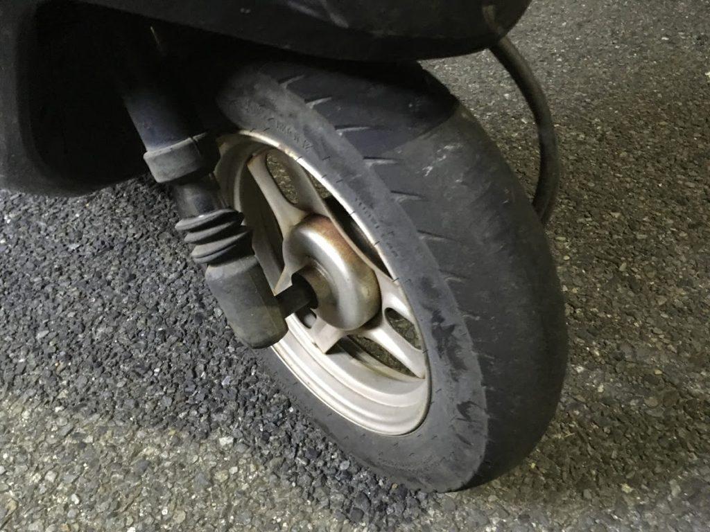 摩耗した原付のタイヤ