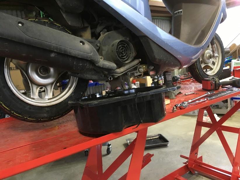 スクーターのエンジンオイル交換