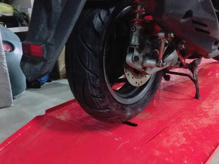 スーパーレーシングのリアタイヤ交換