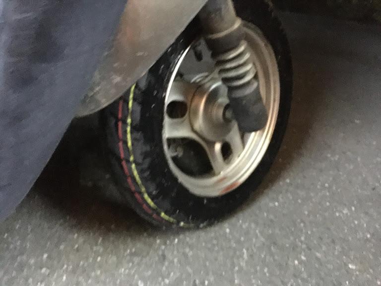 交換したフロントタイヤ