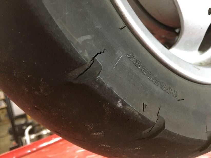リアタイヤのひび割れ