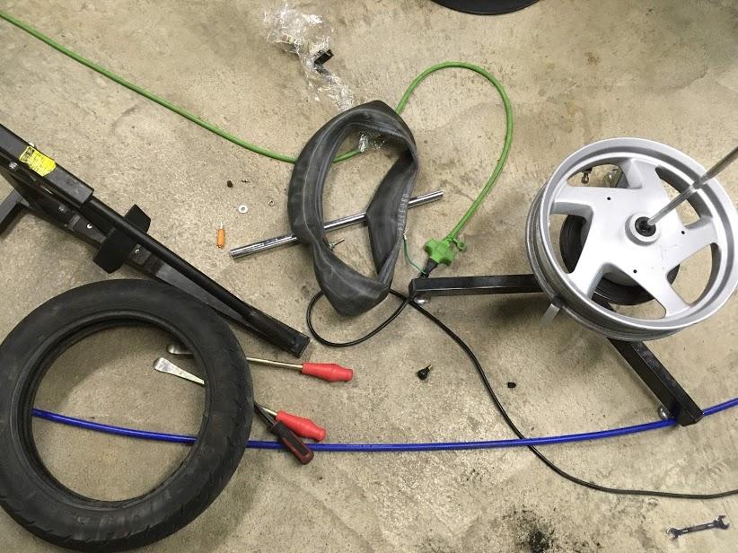 ヤマハギアの前輪タイヤ交換