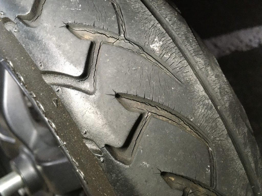 タイヤのヒビ