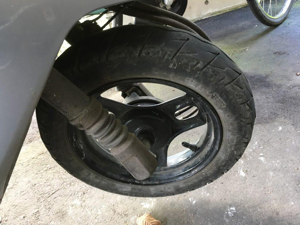 摩耗した原付タイヤ