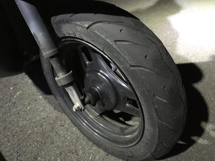 摩耗した原付きタイヤ