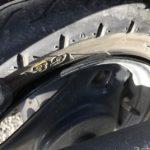 編摩耗のタイヤ