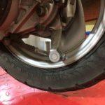 ひび割れている後輪タイヤ